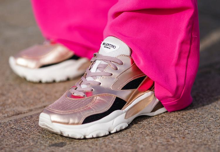 Zo haal je de kreukels uit leren sneakers