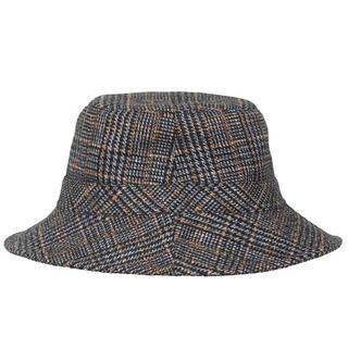 Regenhoed. Bucket hat. Check.