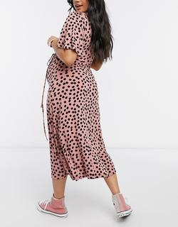 Aangerimpelde jurk met fladdermouwen in roze stippenprint