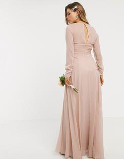 ASOS DESIGN Maternity - Lange bruidsmeisjesjurk met lange mouwen, aangerimpelde taille en geplooide rok in beigeroze