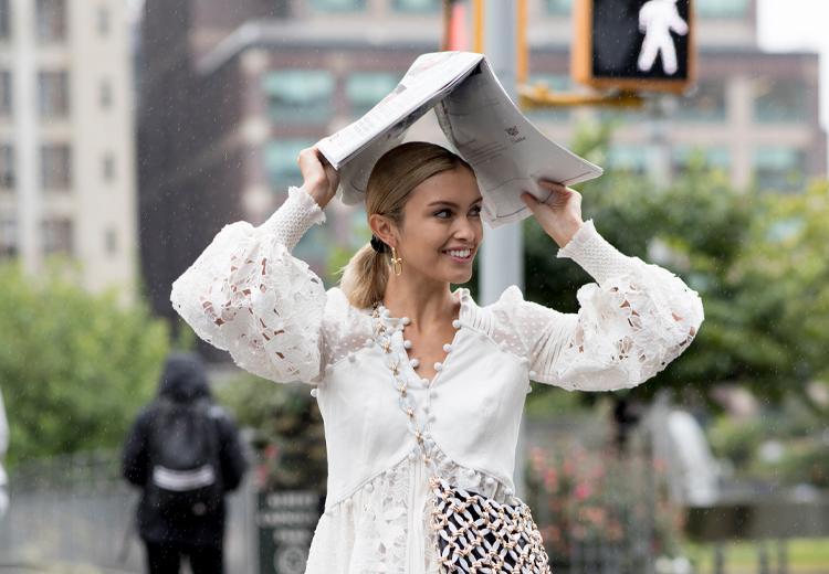 De slimste manieren om je haar tegen regen te beschermen