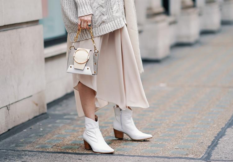 Welke schoenen draag je onder een jurk in de winter?