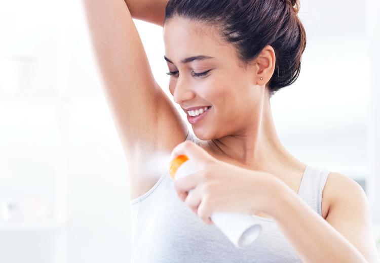Zo krijg je deodorant vlekken uit kleding