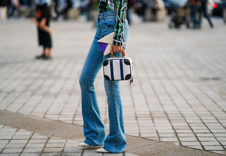 Deze schoenen draag je onder flared jeans