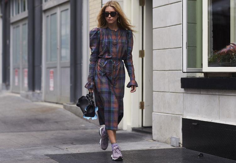 Sneakers onder een jurk | Fashionchick