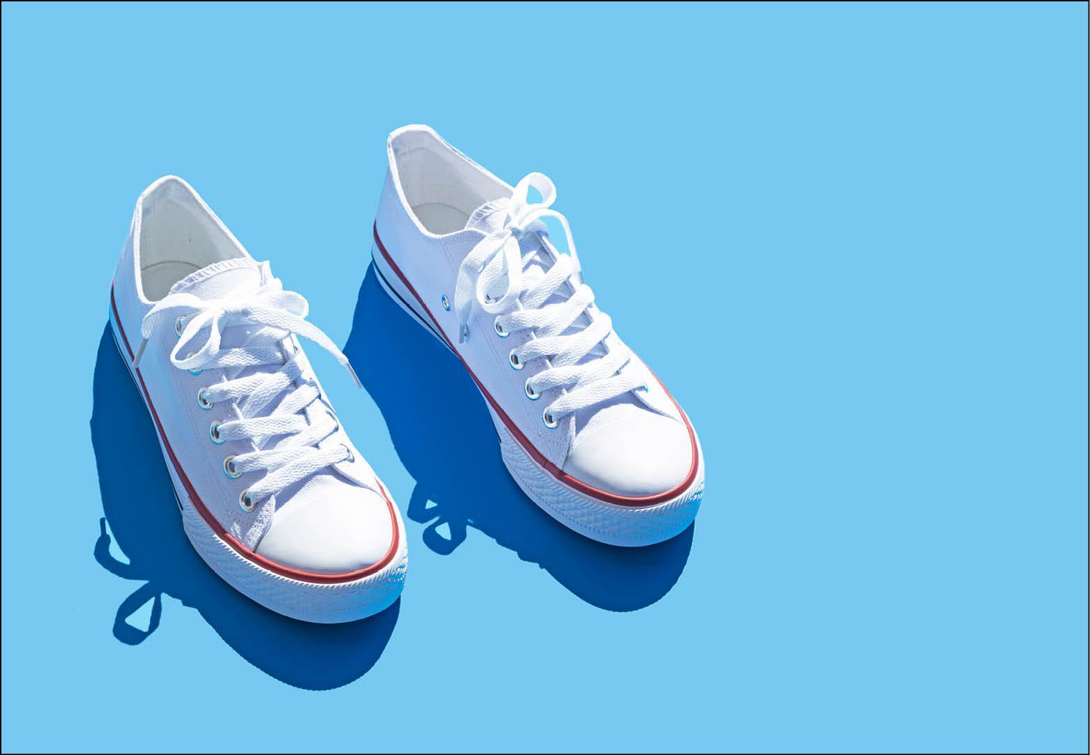 Zo krijg je witte sneakers weer wit